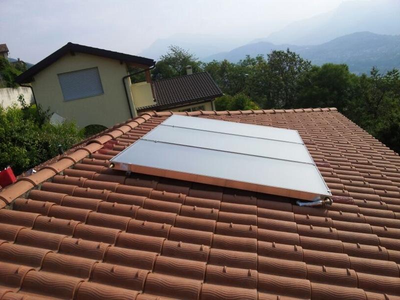 Impianto solare montato sopra le tegole
