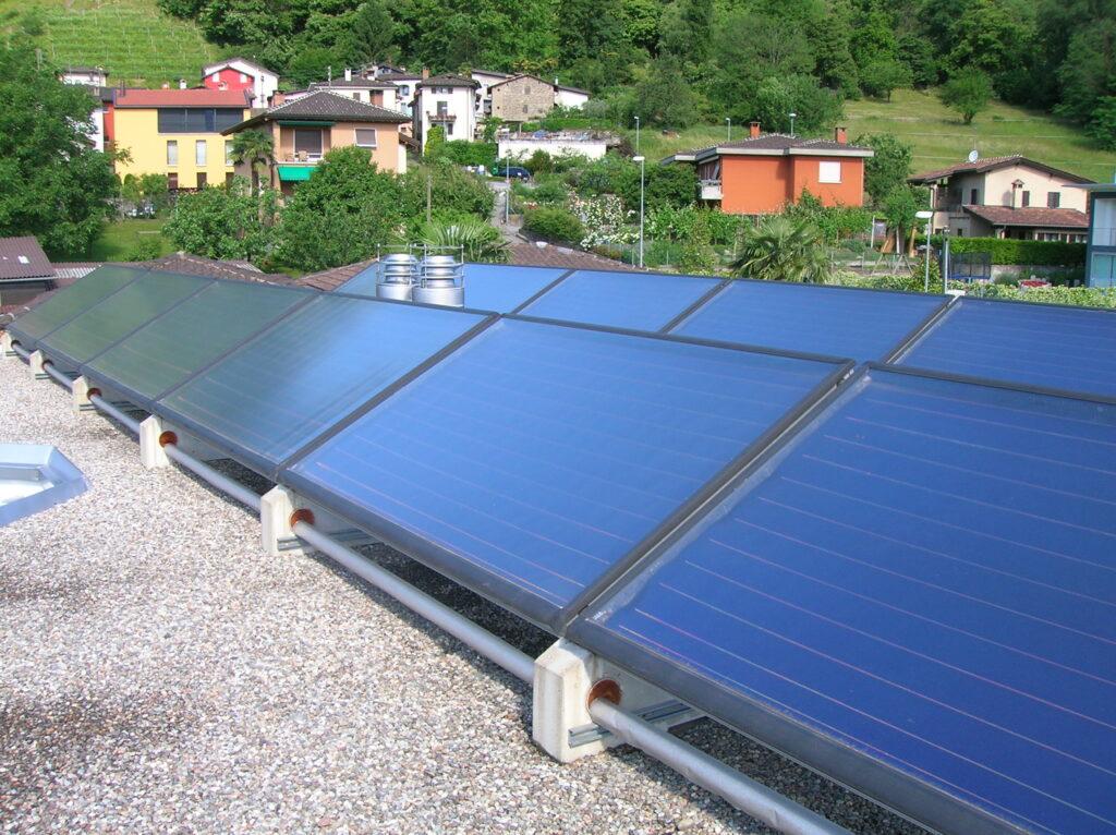 Impianto solare montato su tetto piano