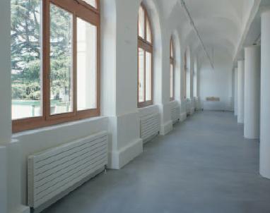 Corridoio con termosifoni bianchi in perfetta armonia con l'ambiente